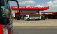 Công an phong tỏa, khám xét 1 cây xăng trên Quốc lộ 14