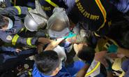 CLIP: Sập giàn giáo công trình không phép, hàng chục chiến sĩ giải cứu nạn nhân mắc kẹt lúc rạng sáng
