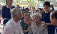 CLIP: Ông Võ Văn Hoan nắm chặt tay người thân 6 nạn nhân chết cháy ở TP Thủ Đức