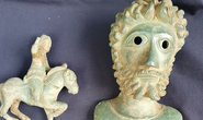 Nhặt 4 mảnh kim loại giữa đồng, bán được… 125.000 USD