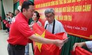 Báo Người Lao Động trao 2.000 lá cờ Tổ quốc cho ngư dân Đà Nẵng