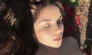 Demi Rose khoe ngực trần,  Elizabeth Hurley diện bikini  mừng ngày trái đất