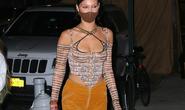 Siêu mẫu Bella Hadid khéo léo khoe vòng một đầy đặn