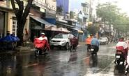 TP HCM: Vì sao đang nắng nóng bỗng mưa xối xả?