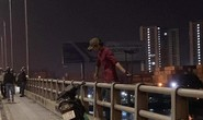 CLIP: Ớn lạnh 1 người treo lơ lửng ở lan can cầu Đồng Nai lúc nửa đêm