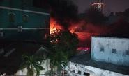CLIP: Khói lửa bao trùm bầu trời quận 11 trong đêm