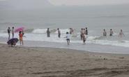 Nghỉ học rủ nhau tắm biển, 1 học sinh bị sóng cuốn tử vong