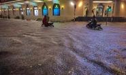 CLIP: Nhiều tuyến phố ngập sâu, người Hà Nội bì bõm sau trận mưa vàng
