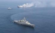 Mỹ bắn cảnh cáo 13 tàu chiến Iran áp sát nguy hiểm