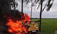 Xế hộp bất ngờ bốc cháy dữ dội khi đang chạy, tài xế bung cửa thoát thân