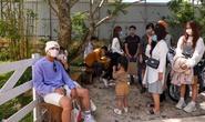 Du khách xếp hàng giữa trưa chờ chỗ trống ở quán cà phê Đà Lạt