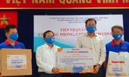 Ngày đầu giãn cách xã hội: Báo Người Lao Động trao tiền, khẩu trang cho nhân dân TP HCM