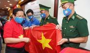Tặng 10.000 lá cờ Tổ quốc cùng nhu yếu phẩm trị giá 450 triệu đồng cho quân dân biên giới Tây Ninh