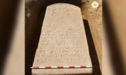 Cuốc đất, người nông dân đào được báu vật Ai Cập 2.600 tuổi