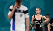 Fan nữ nóng bỏng vào sân quấy rối ngôi sao tuyển Bỉ
