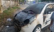 Ôtô đậu bên đường bốc cháy dữ dội
