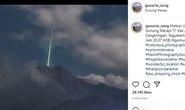 Tia sáng xanh kỳ lạ trên miệng núi lửa ở Indonesia