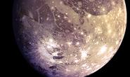 Đêm nay, tàu NASA áp sát mặt trăng màu tím có 2 đặc điểm y hệt Trái Đất