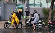 Hình ảnh ấm lòng giữa buổi chiều mưa ngập nhiều nơi ở TP HCM