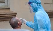 Lấy mẫu xét nghiệm các trường hợp liên quan 5 người trong 1 gia đình dương tính SARS-CoV-2