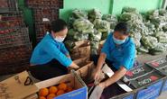 Bà con nông dân tỉnh Lâm Đồng tặng rau củ quả cho người lao động bị cách ly