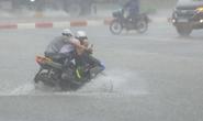 CLIP: Người dân Hà Nội vật lộn trong cơn mưa lớn trắng trời