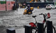 Mưa bão tràn vào, London cảnh báo xe hơi không phải tàu ngầm
