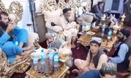 Taliban thưởng trà trong dinh thự xa hoa của lãnh chúa Afghanistan