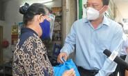 Lãnh đạo TP HCM thăm, tặng quà người dân khó khăn