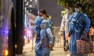 """CLIP: Đưa hơn 1.000 người dân ở ổ dịch """"nóng"""" nhất Hà Nội đi cách ly trong đêm"""