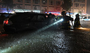 Mỹ: Bão lũ biến ga tàu thành thác nước, 46 người chết trong nhà và xe