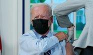 Tổng thống Biden tiêm vắc-xin Covid-19 mũi tăng cường