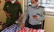 CLIP: Cận cảnh hàng trăm hộp thuốc điều trị Covid-19 trôi nổi ở Hà Nội