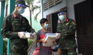 TP HCM: Bộ đội đến tận nhà trao sách giáo khoa cho học sinh có hoàn cảnh khó khăn
