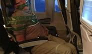 Hành khách say rượu bị trói trên máy bay