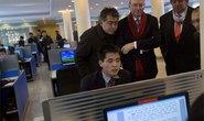 Chủ tịch Google quan sát người Triều Tiên dùng internet