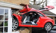 Tông xuyên tường, siêu xe Audi nát bét