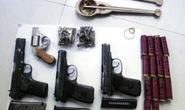 Khám nhà trùm ma tuý, phát hiện 5 khẩu súng