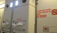 Hành khách lén hút thuốc trong toilet máy bay VNA