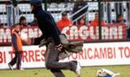Bạo động khắp sân cỏ châu Âu: Thủ môn bị đánh ngay trong trận đấu