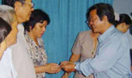 Phát 500 thẻ BHYT tự nguyện cho người nghèo