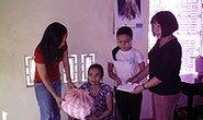 Trao tặng 10 triệu đồng cho sinh viên nghèo hiếu học