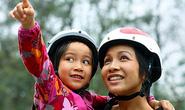 Ca sĩ Mỹ Linh vận động đội mũ bảo hiểm cho trẻ em