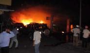 Xe tải lao vào cây xăng gây cháy dữ dội