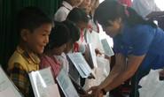 Tặng quà cho học sinh nghèo tỉnh Bình Phước