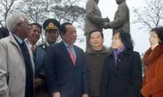 Đoàn TPHCM đặt vòng hoa tại tượng đài Bác Hồ - Bác Tôn