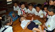 Rơi nước mắt với bé gái nằm học trong lớp