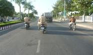 """CSGT """"vô tư"""" vi phạm luật giao thông"""
