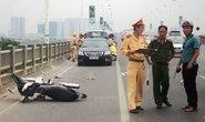 Hà Nội: Tông vào thành cầu Vĩnh Tuy, 1 phụ nữ tử vong