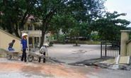 Xe tải kéo sập cổng trường tiểu học, 4 người bị đè chết